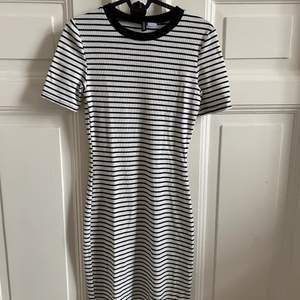 Randig, tight klänning från H&M. Använd endast 1-2 ggr. Storlek 38 men är som sagt tight, figursydd klänning. Jag har själv strl 36 och tycker den sitter väldigt skönt då den inte blir för tight så man inte kan andas😁