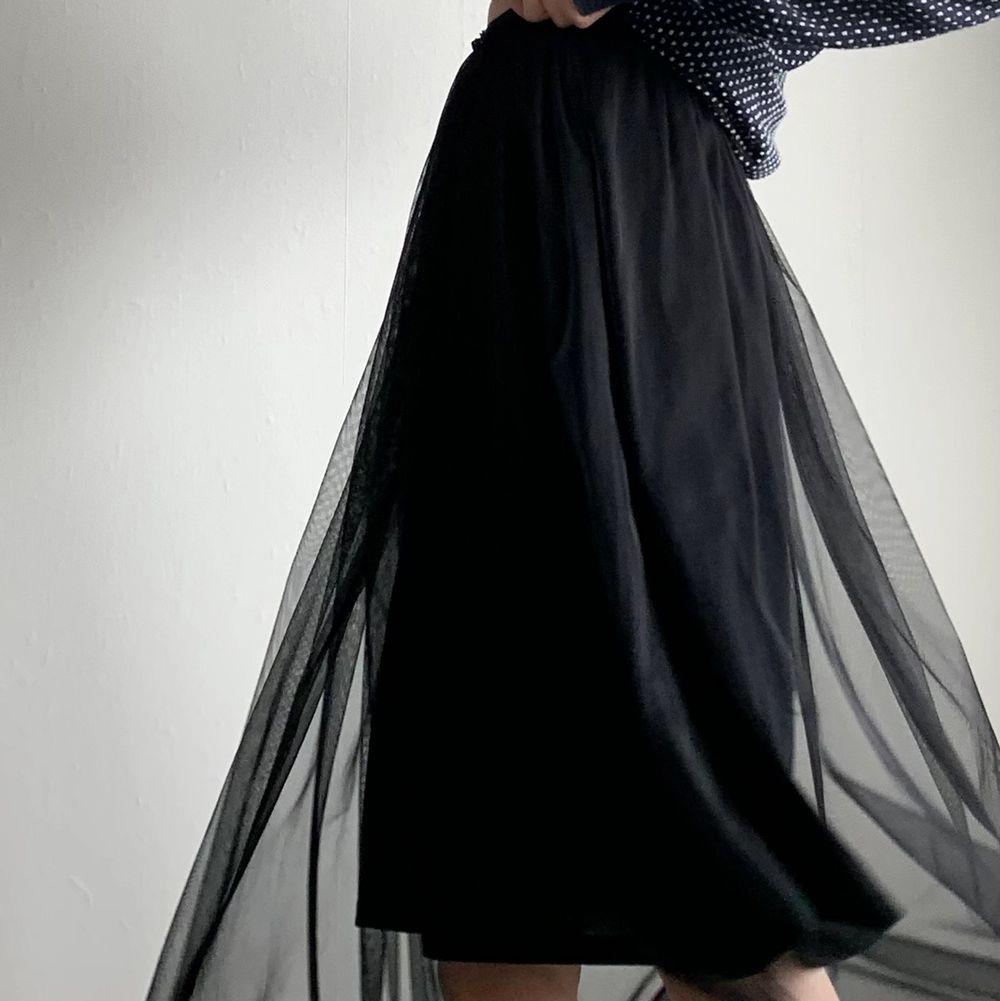 Svart kjol med två laget! Ett i tyll som är lite längre och ett svart lager som slutar strax över knäna! Super fin men endast använd enstaka gång så vill ge den ett nytt hem! Sen är i storlek 36 men midjebandet är väldigt stretshigt och lite tightare så den borde passa xxs-m💗💕. Kjolar.