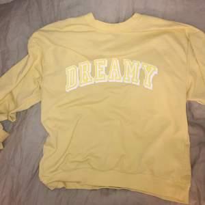 Super fin gul tröja med tryck! Skriv vid frågor eller intresse 💕