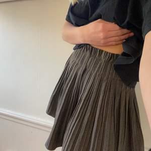 Brun rutig kjol från Zara i XS men är strechig i midjan så skulle säga att den passar XS-M😊säljer då jag inte andvänder den!