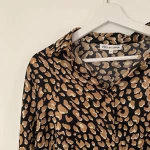 Leopard liknade blus från Walkincloset, storlek Small. Köpt för 449kr. Använd max 3 gånger