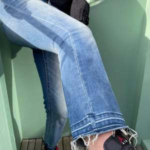 Säljer dessa as sköna jeans från Zara! Lite kortare modell och med slitningar längst ner😍😍