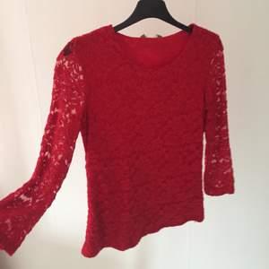 Röd härlig spets tröja, lite för liten för mig men skulle säga att den passar en XXS/XS! Lite osäker på frakten men kollar upp det om du ät intresserad