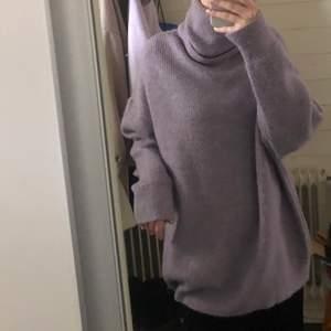 Oversized lila stickad tröja. Supermysig, använd fåtal gånger. Lite ljusare lila färg än vad som syns på bilden, PM för fler bilder på färgen eller fler bilder på!:) Storlek S men passar XS & M skulle jag säga. 100 kr + frakt!💜