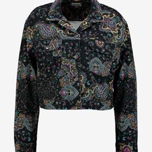 Jeansjacka från wrangler, inköpt för 900kr. Använd en gång, väldigt bra skick. Croppad och lite oversized