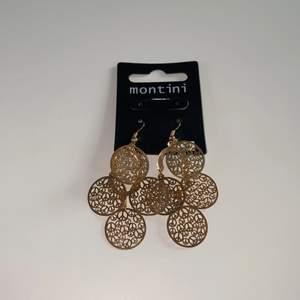 """Säljer dessa balla örhängen ❤️ alldrig använda!⭐️⭐️       Har """"peace"""" märken i cirklarna!❤️❤️                               Säljer då jag har ett liknande par🥰 50kr inkl frakt❤️"""