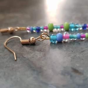 Handgjorda pärlörhängen i olika färger med guldiga krokar. Kolla även in min instagram: siris_orhangen om du vill se mer örhängen♡