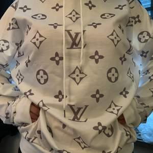 2 st Louis Vuitton hoddie i färgerna Vit och grå. Helt nya! 1 för 500kr 2 för 800kr. Kan passa en S till XL efter som att de är oversize i modellen. Hör av er vid frågor☺️Den grå är såld❌