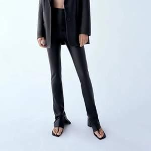 Säljer dessa skinnbyxor från Zara. Dessa är för långa för mig som är ca 165, men skriv gärna för fler bilder!! Stängs med en dragkedja på kanten samt att det är slits vid fötterna💖