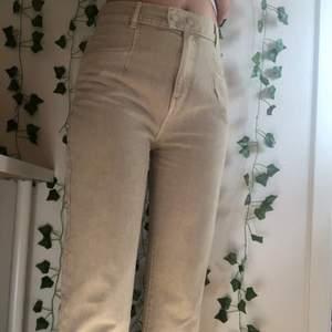 Jättefina pull and bear jeans som inte kommer till någon användning. Passar jättebra på mig som är 173cm, byxorna är i storlek 36. Säljer den för 80kr plus frakt på 66kr.🥰