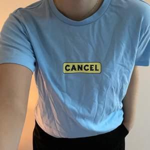 T-shirt med gul/grönt tryck