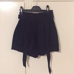Ett par svarta paperbag shorts från h&m som inte har kommit till användning 💕☀️