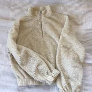 Skönt mysigt tröja som är anvädn endstaka gånger. Är ganska kort i modellen. Är storlek L men passar defenitivt också en m eller s. Beroende på hur stor man vill ha den. Frakt tilkommer