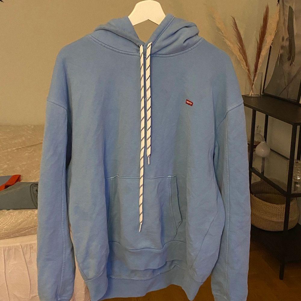 Superskön och härligt Levi's hoodie. Ljusblå. Storlek M. Frakt tillkommer. Har även byxorna som syns på bild om de är av intresse, bara skicka iväg ett dm🥰 Vid flera intresserade blir det budgivning . Tröjor & Koftor.