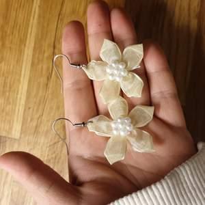 Öronhängen med mjuka blommor som är lätta att bära👍🏻 De kostar 30kr + frakt 10kr 💗👍🏻