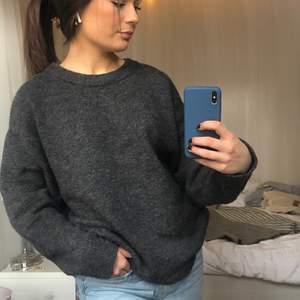Jättemysig stickad tröja till våren, inte alls stickig. Oversized på mig som vanligtvis har xs-s och är 167🥰