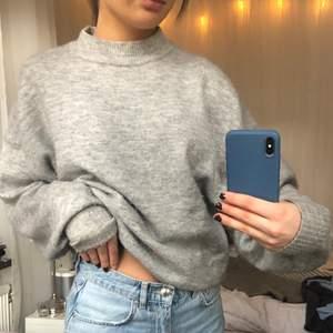 Basic stickad tröja, säljer då jag har många liknande. Mysig ny till våren och inte alls sticksig utan super mjuk och bekväm.