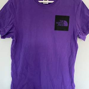 Lila t-shorts från the north face. Knappt använd. Det är en herr t-shirt