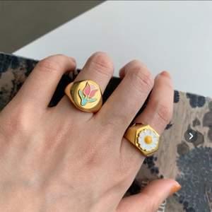 Nu kör jag utförsäljning på de sista i lager! 🌼 Endast 110:- nu!!!🤩 Passa på! Först till kvarn gäller! 💫Guldpläterade med 18k guld☀️ frakt tillkommer på 12:-      ❣️Nu finns endast den med vit blomma kvar!❣️.       Guldpläterat betyder att det yttersta lagret på ringen är i guld, inte att hela ringen är i guld) Såg andra annonser som säljer samma ring som rekomenderar att ta genomskinligt nagellack på ringen för att pläteringen ska sitta bättre.
