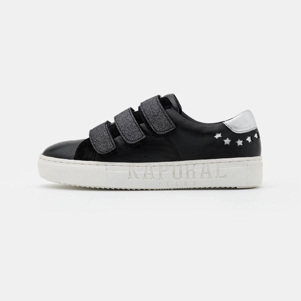 skor i bra skick! slutsålda på hemsidan, nypris: ca 700 kr. Köparen står för frakten 💕💕. Skor.