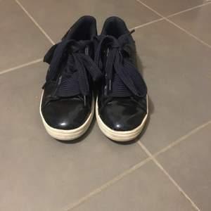 Ett par mörkblåa skor i storlek 37. Skorna är använda men i bra skick. Frakten ingår inte.