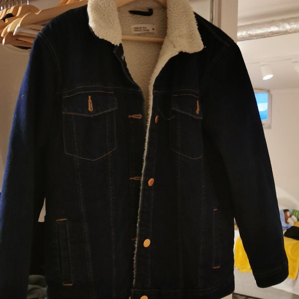 En jätte fin jeans jacka som är varm och passar perfekt till våren eller hösten! Jag säljer den då jag har tröttnat på den 🙂 men vid frågor eller funderingar så är det bara att skriva 💞 💞 💞 . Jackor.