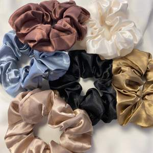 Superfina scrunchies i sidenimitation! Priset är 39kr/st! 💗