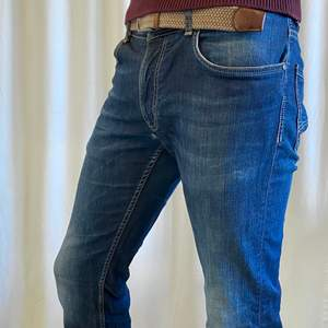 A«Regular Straight» Marlboro Classics Jean in a pretty good shape. It has a tiny use hole in between the legs, barely visible. It's very comfortable and slightly stretchy. I can send you extra pictures if you'd like. Price new: 120€