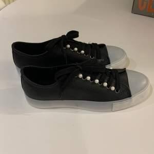 Jätte fina skor med pärlor på🐚🥺Har aldrig använt de då jag har mindre storlek🙂😊köparen står för frakt