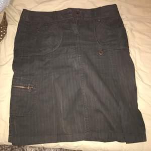 Jättefin brun kjol köpt second hand! Storlek 38 men passar även mindre.