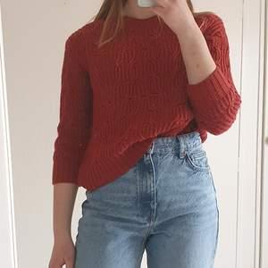 En stickad tröja i roströd färg. Ärmarna är trekvartslånga. I mycket bra skick! Storlek small.