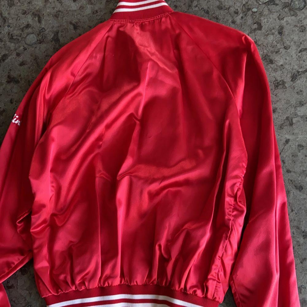 """Säljer denna Vintage varsity/collegejacka, supercool och har texten """"cardinals"""" på framsidan! Buda i kommentarerna. Startbud:300. Jackor."""