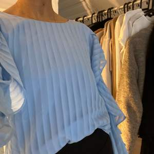 Ljusblå blus med öppna armar 🦋                                    Från märket: Ali & Jay