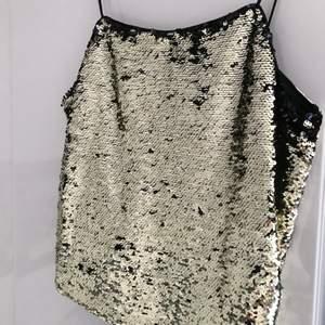 Festligt linne som kan skifta från guld till mörkblått! Den är inte tightsittande utan ganska lös. Aldrig använt 💜