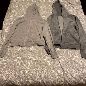 Jättefina gråa hoodie. Hoodien till vänster i storlek xs men är lite större än xs och hoodien till höger i storlek s. 50kr st