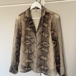 Skjorta/blus med snakeprint. Stl XS. Köpare står för frakt!