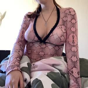 FETT sexig och snygg tröja med ormskinns-mönster. Man får fett kattiga bröst i den 😍 Den har en spetsrand som går längst med kragen och under brösten och materialet är galet bekvämt😍🙏🏻💞
