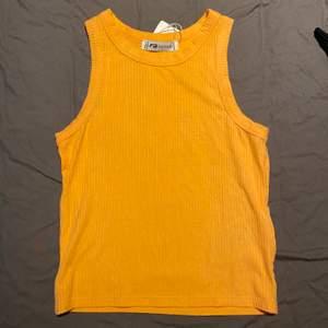 Har försökt med allt för att få färgen rätt på bild men den är KORALL orange i verkligheten, skitsnyggt till varmare dagar!! Frakt tillkommer🧡
