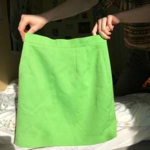 Skitsnygg vintage minikjol i väldigt fin äppelgrön färg, ingen lapp så antagligen handsydd. Typ bomullsaktigt material med en silkig underkjol. Perfekt till våren med gogo-boots eller sneakers. Dm för midjemått💞💞💞