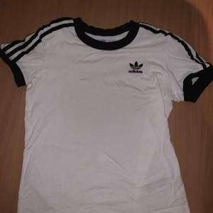 Fin adidas T-shirt i vit och svart. Knappt använd. I storlek 34/XS.