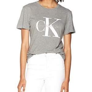 Skön T-shirt från ck :) använd en del, därav det lilla märket i mitten av trycket. Annars helt perfekt skick
