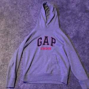 Säljer min as snygga Gap hoodie som jag köpte på Gap affären i London nästan aldrig använd inga tecken på slitage typ nyskick köpte den för 600kr tror jag. Säljer för att den ej kommer till användning den är i storlek S men är väldigt stor i storleken så typ en medium skulle jag säga, och luvan är jätte stor och mysig! ¡Ingen budgivning!