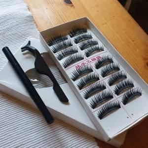 Hejsan! Säljer en låda med magnetiska ögonfransar. Detta ingår: 9par magnet ögonfransar + magnet eyeliner + franstång ⭐GRATIS FRAKT⭐ Har du någon fråga så är det bara att höra av sig, svarar så snabbt som jag kan!!😋