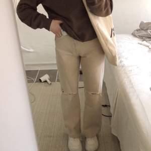 Superfina beiga jeans från bershka med hål på knäna🤩 säljer då jag tycker dom är liiite för korta på mig som är 174😊 är bara använda ca 5ggr
