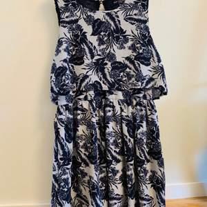 Sommar blå kort klänning från One Clothing (LA) Storlek M  Avhämtning i Norra Djurgårdsstaden eller post vid fraktbetalning, Tar gärna swish