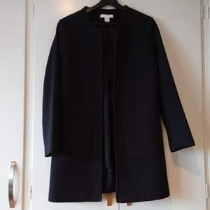 H&M svart kappa från H&M. Endast provad. Köparen står för frakt.