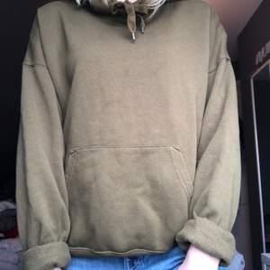 Jag säljer denna sköna hoodien som är perfekt att mysa i. Den är mörkgrön och ser olika ut på bilderna pga ljuset, men jag skulle säga att färgen mer ser ut som den på första bilden. Den har också en stor skön luva!