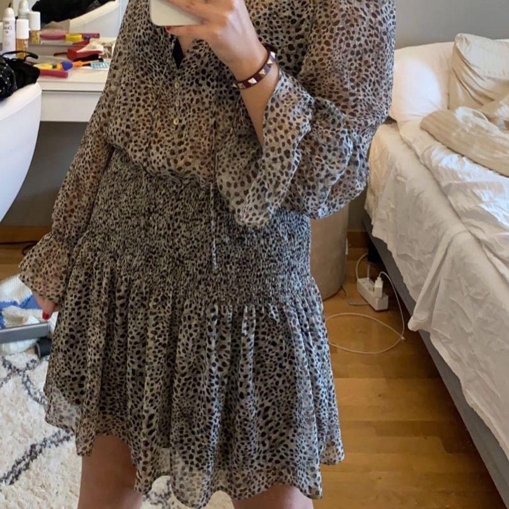 Säljer min fina leopard klänning från zara med fina gulddetaljer. Xs men passar även S. Nypris 559kr.                   Buda från 250kr!. Klänningar.