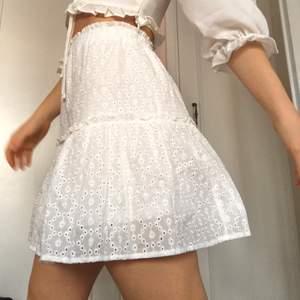 perfekt till studenten eller sommar 🦋 helt ny och aldrig använd då jag beställde hem flera kjolar att välja mellan tills studenten. Passar mig som är S väldigt bra. Har resår i midjan och kan även passa XS.