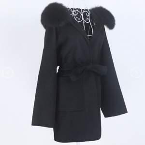 Säljer samma kappa i svart med äkta päls, helt ny har aldrig använt den. Det är ONESIZE! Fraktar spårbart 95kr Nypriset ligger på 3000kr. Pris kan självklart diskuteras vid snabb och smidig affär :)❤️